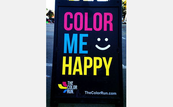 「COLOR ME HAPPY」の看板